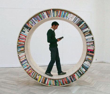 Rund bokhylla som rullar fram designad av David Garcia Studio